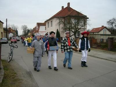 Im Februar ziehen die Zamperleute der Freiwilligen Feuerwehr durch den Ort
