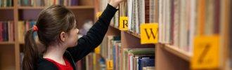 Bibliothek Mädchen nimmt ein Buch Foto Fotolia