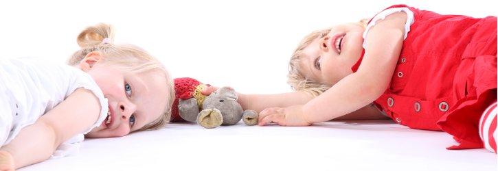 Kinder liegen auf dem Boden Foto Fotolia