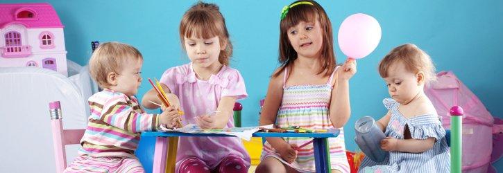Kinder beim Spielen am Tisch Foto Fotolia