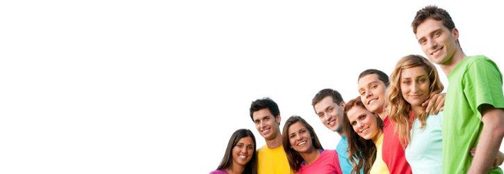 Große Gruppe lächelnder Jugendliche, die in die Kamera blicken Foto Fotolia