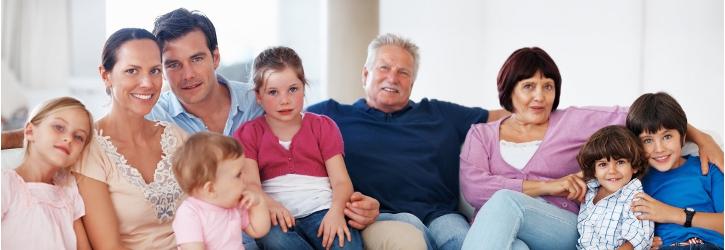 Alle Generationen auf einer Couch Foto Fotolia